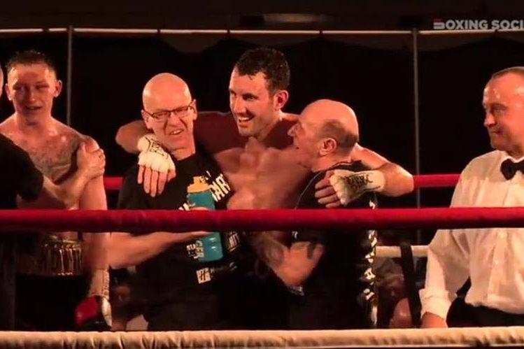 Al terminar la pelea Scott Westgarth festejaba con los miembros de su equipo, horas después falleció en el hospital. (Foto Prensa Libre: Twitter)