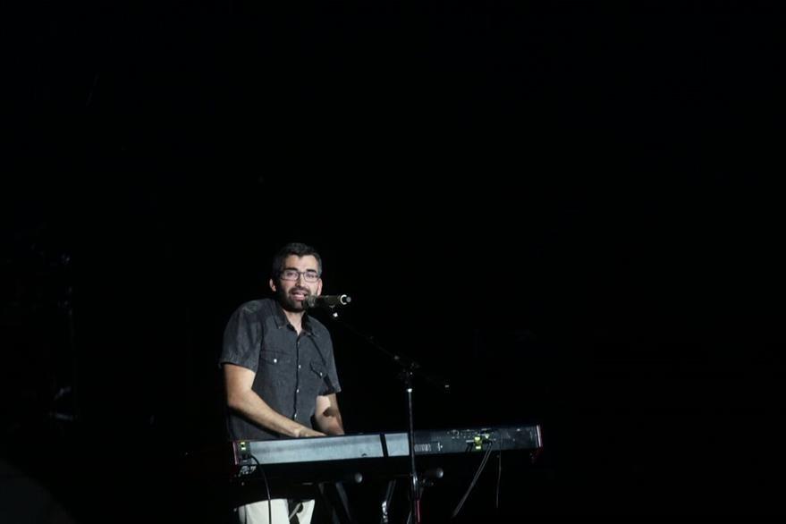 Acompañándose del teclado, el español Alex Sampedro cantó el tema Sal. (Foto Prensa Libre: Josué De León)