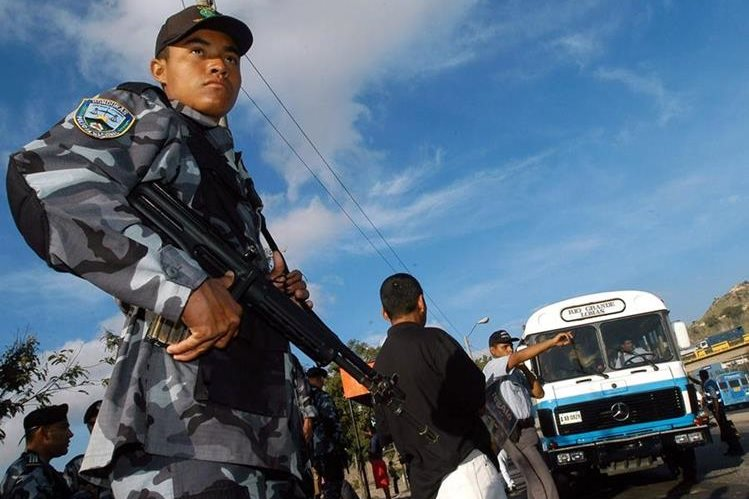 Un policía vigila una parada de autobueses en Tegucigalpa, Honduras. (Foto Hemeroteca PL).