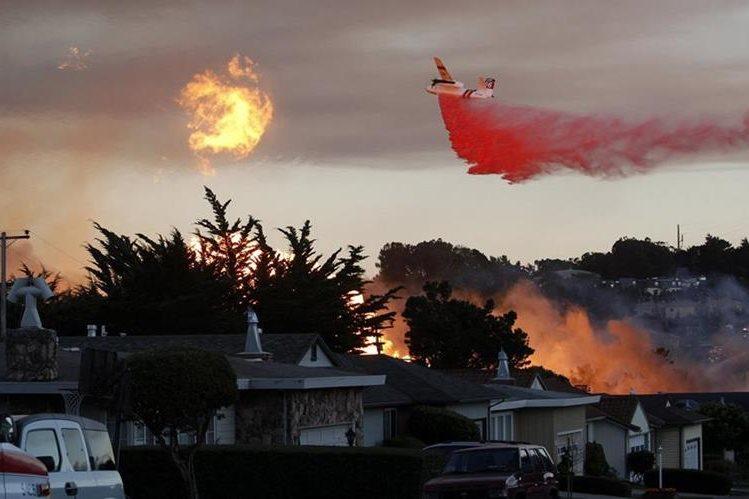 Las llamas amenazan a cientos de viviendas en California. (Foto Prensa Libre: AP)