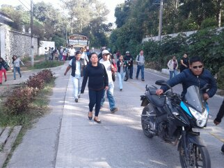 Varias personas caminan y algunos empujan sus motos para pasar sobre el camino dañado. (Foto Prensa Libre: César Pérez)