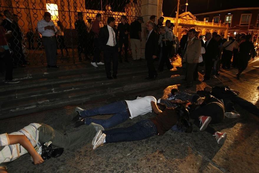 Jóvenes manifestantes representaron la muerte de las menores en el Hogar Seguro. (Foto Prensa Libre: Paulo Raquec).
