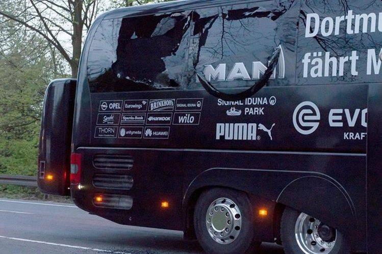 El bus del equipo alemán sufrió de serios daños en sus ventanas. (Foto Prensa Libre: AFP)