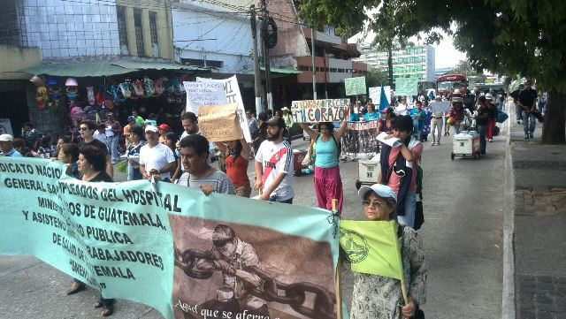 Los ciudadanos llevan pancartas en las que manifiestan su rechazo a la corrupción. (Foto Prensa Libre: Esbin García)