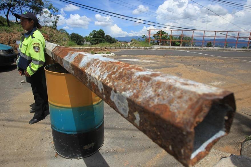 La comuna de Mixco bloqueó el paso en San Marino por seguridad de los vecinos. (Foto Prensa Libre: HemerotecaPL)