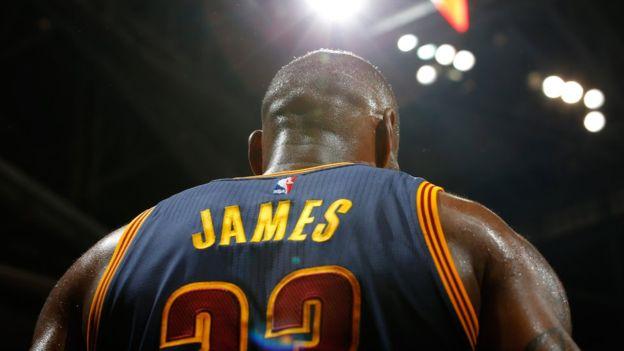 James es considerado uno de los cinco mejores jugadores de la historia de la NBA. (Getty Images)