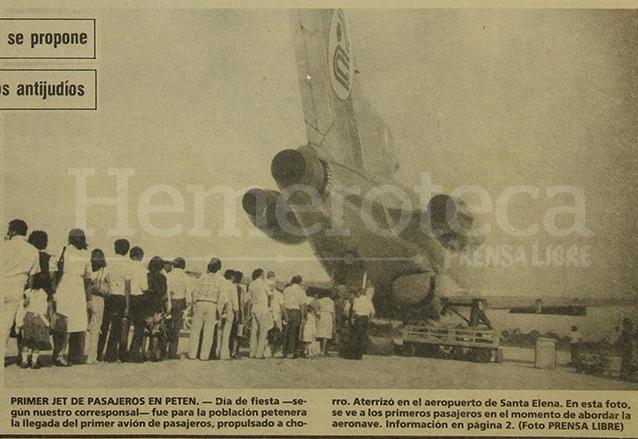La foto de portada de Prensa Libre del 16/8/1982 destaca la llegada del primer avión de pasajeros de propulsión a chorro que aterrizó en el aeropuerto de Santa Elena, Petén. (Foto: Hemeroteca PL)