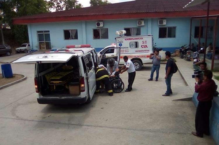 Al menos 20 docentes fueron trasladados al hospital de San Bentio, ya que tenían picaduras en diferentes partes del cuerpo. (Foto Prensa Libre: Rigoberto Escobar)