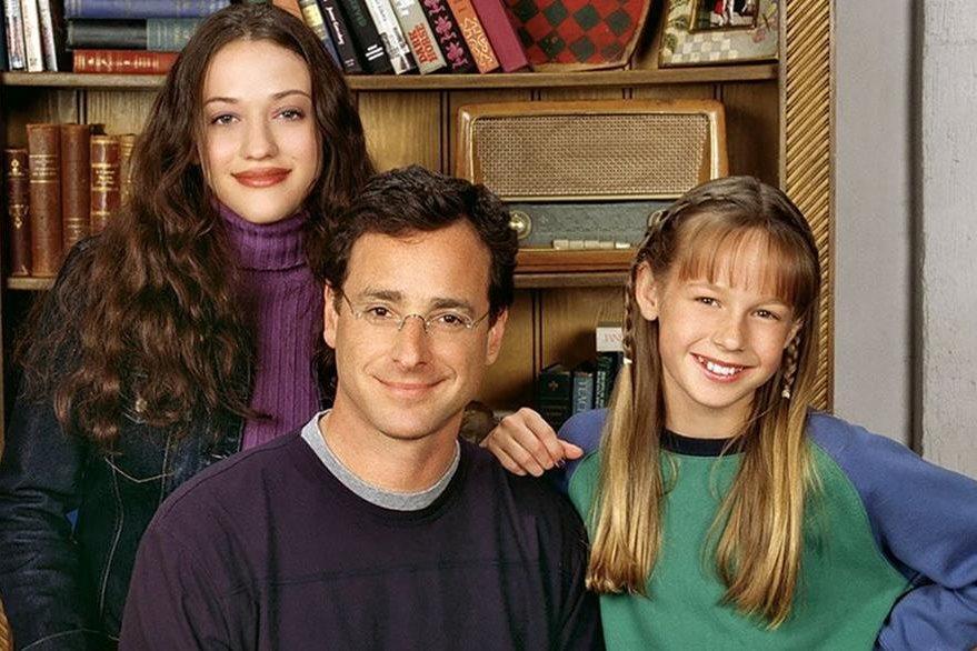 Escena de Raising Dad, serie en la que también participaban Kat Dennings y Bob Saget.