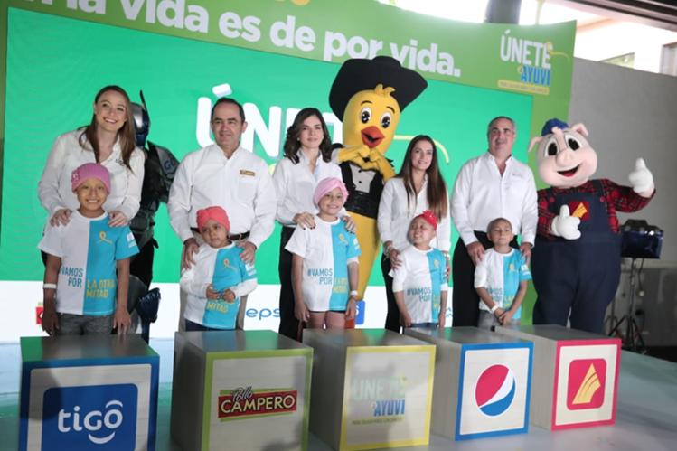 Impulsores de la Gran Rifa Únete junto a algunos niños beneficiados con tratamiento para vencer el cáncer. (Foto Prensa Libre: Juan Diego González).