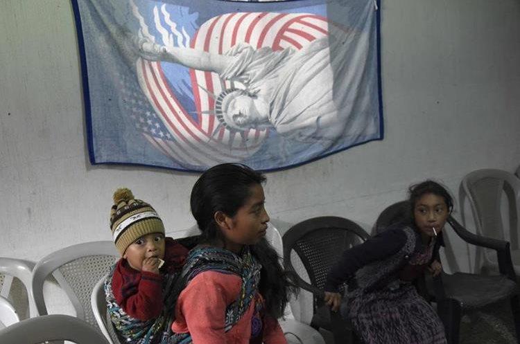Una imagen con la bandera de Estados Unidos pude observarse en un el lugar del velatorio de Claudia Gómez.
