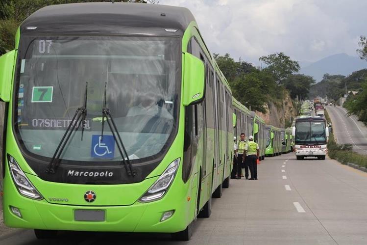 Los buses biarticulados del Transmetro arribaron al país el pasado 22 de septiembre. En la fotografía, circulan por la ruta al Atlántico. (Foto Prensa Libre: Hemeroteca PL)