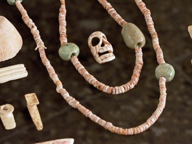 Entre los objetos exhibidos destacan collares y orejeras fabricadas con jade y conchas marinas.