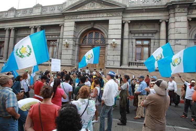 Expertos ven violación a la igualdad en bonos a los diputados; dos organizaciones se aprestan a iniciar una batalla jurídica. (Foto Prensa Libre: Hemeroteca PL)