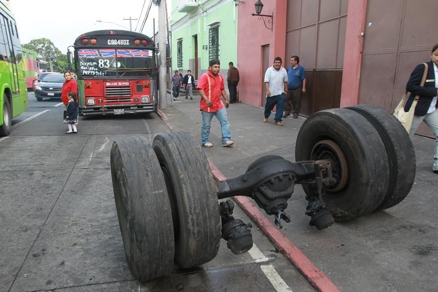 Un bus de la ruta 83 perdió las llantas traseras cuando transitaba por la 13 avenida y 1a. calle de la zona 1. (Foto Prensa Libre: Hemeroteca PL)