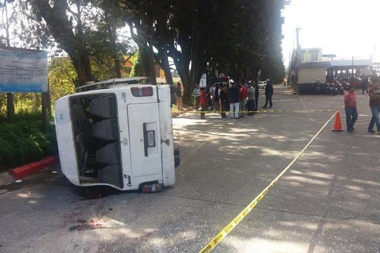 Microbús vuelca en el km 215 de la ruta Interamericana y causa al menos 12 heridos. (Foto Prensa Libre: María José Longo)