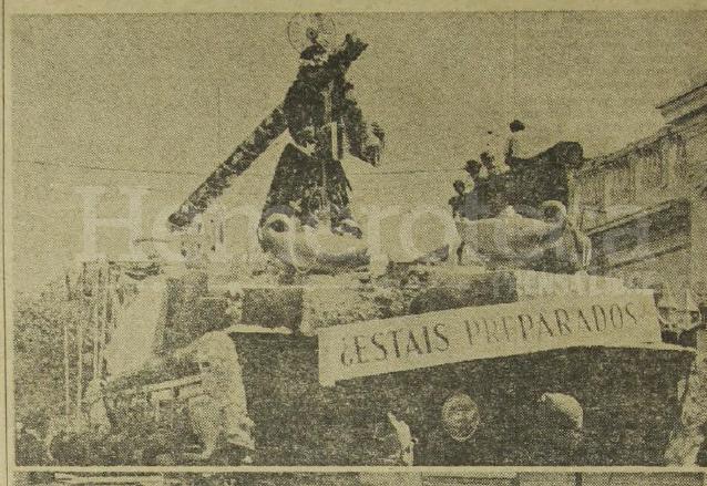 Procesión de Jesús de La Merced el viernes santo de 1975. Al frente el rótulo ¿estáis preparados?, se cree que era un anuncio del terremoto de 1976. (Foto: Hemeroteca PL)