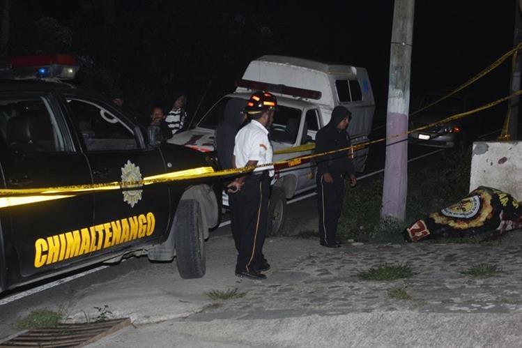 Agentes policiales resguardan cadáver de hombre que murió de forma violenta en Parramos. (Foto Prensa Libre: Víctor Chamalé)