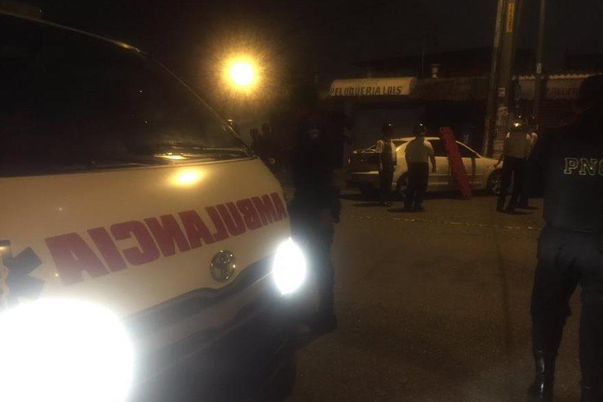 El automóvil en el que viajaban las mujeres chocó contra un poste de energía eléctrica. (Foto Prensa Libre: CBV)
