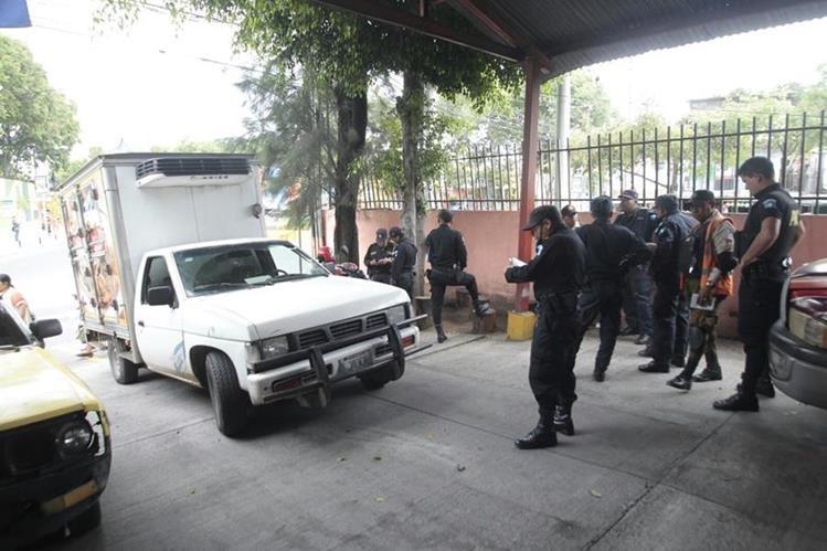 El vendedro del camión repartido de embutidos buscó refugio con los Bomberos Voluntarios de la zona 21. (Foto Prensa Libre: Erick Avila).