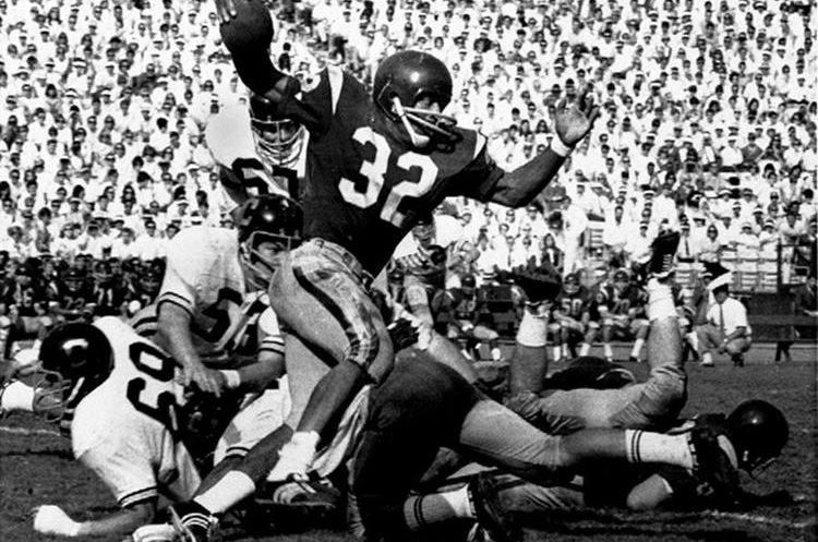 El 9 de noviembre de 1968, O.J. Simpson (32) corre contra California durante un partido de futbol universitario en Los Ángeles.(Foto Prensa Libre:AP).