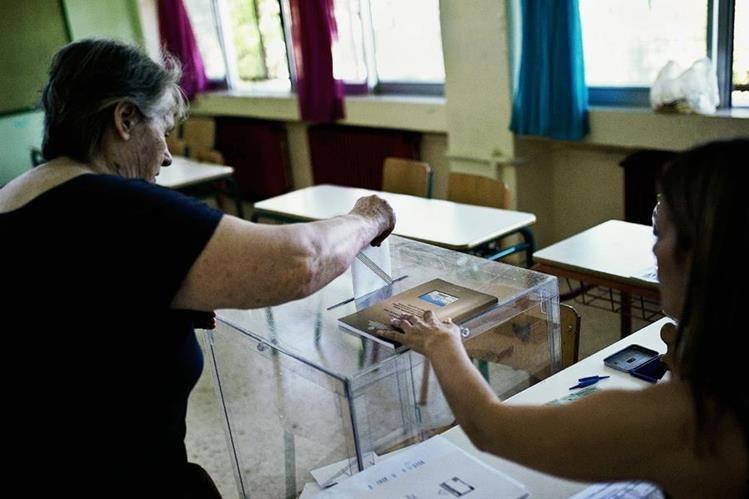 Griegos acuden a las urnas a votar. (Foto Prensa Libre: AP)