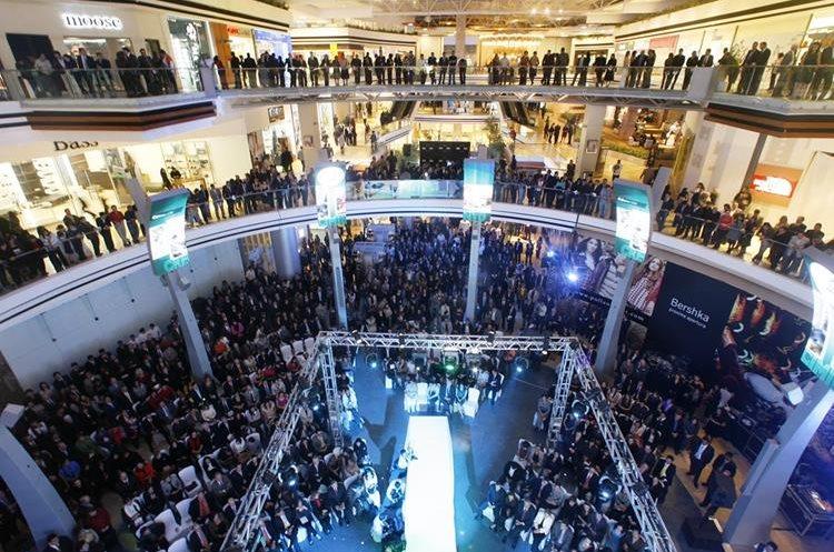 Panorámica del centro comercial Oakland Mall.  Hemeroteca PL)