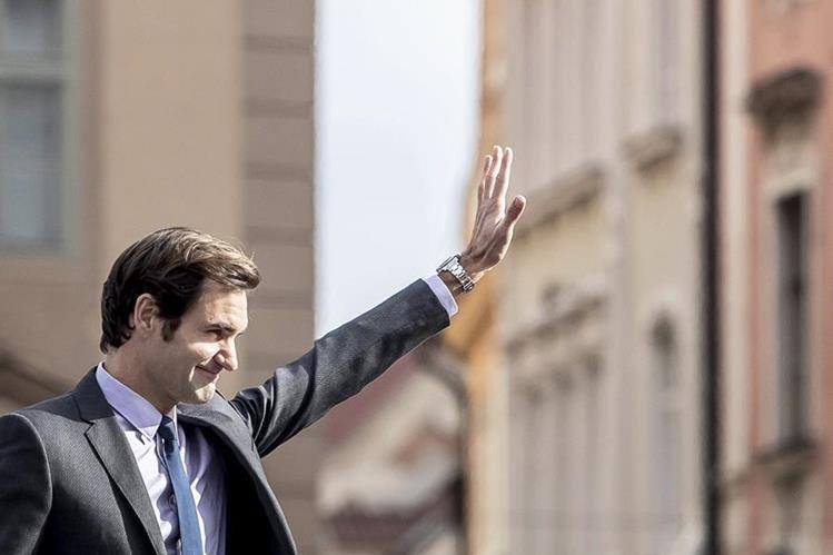 El tenista suizo Roger Federer, saluda a sus seguidores durante un evento promocional del torneo Copa Laver en la plaza de la Ciudad Vieja de Praga.