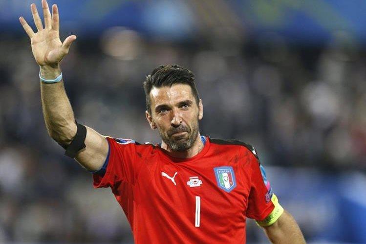 Buffon llora al despedirse de la Euro mientras agradece a la afición italiana. (Foto Prensa Libre: AP)