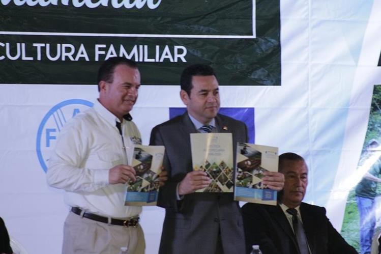Mario Méndez, ministro de Agricultura, entregó copia del programa Paffec al presidente Jimmy Morales. (Foto Prensa Libre: Maga)
