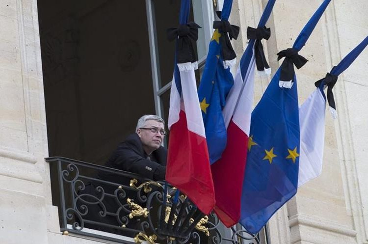 LAN83. Paris (France), 14/11/2015.- French flags are set at half mast after French president Francois Hollande declared three days of national mourning, at the Elysee Palace in Paris, France, 14 November 2015. At least 120 people have been killed in a series of attacks in Paris on 13 November, according to French officials. Eight assailants were killed, seven when they detonated their explosive belts, and one when he was shot by officers, police said. (Francia) EFE/EPA/IAN LANGSDON