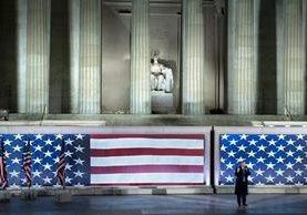 Donald Trump ofrece su discurso frente al monumento a Abraham Lincoln donde fue recibido por miles de simpatizantes. (Foto Prensa Libre: AFP)