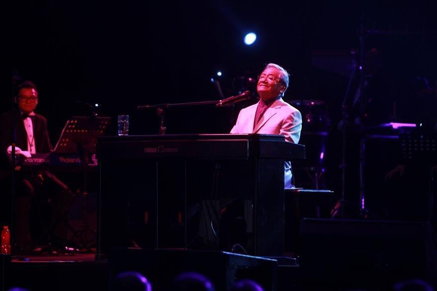 El piano en las manos de Manzanero arrancó suspiros. (Foto Prensa Libre: Ángel Elías)