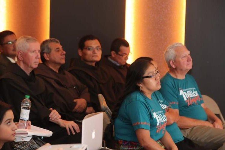 Frailes franciscanos asisten al lanzamiento de la rifa a beneficio de las Obras Sociales del Santo Hermano Pedro, en la capital. (Foto Prensa Libre: Oscar Rivas)
