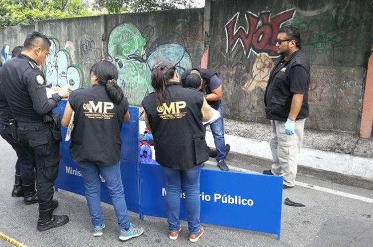 Ministerio Público, en la escena del accidente. (Foto Prensa Libre: Érick Ávila)