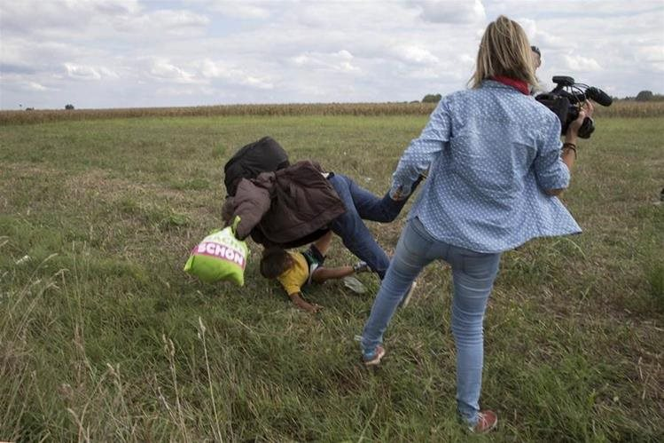 Petra Laszlo en el momento de la zancadilla a Osama Abdul Mohsen quien fue aceptado como refugiado en España. (Foto: Hemeroteca PL).