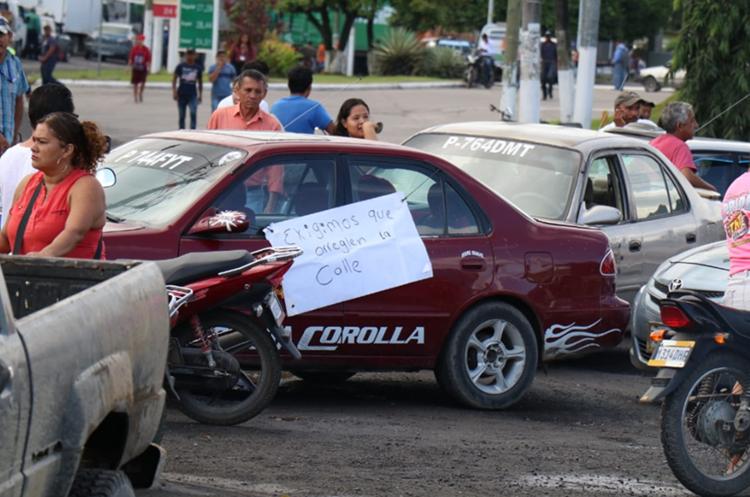 Los manifestantes exigen la reparación de la ruta entre Puerto Barrios y Puerto Santo Tomás de Castilla. (Foto Prensa Libre: Dony Stewart).