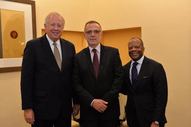 Thomas Shannon junto a Iván Velásquez, jefe de la Cicig y Todd Robinson, embajador de Estados Unidos en Guatemala. (Foto Prensa Libre: Cortesía @usembassyguate)