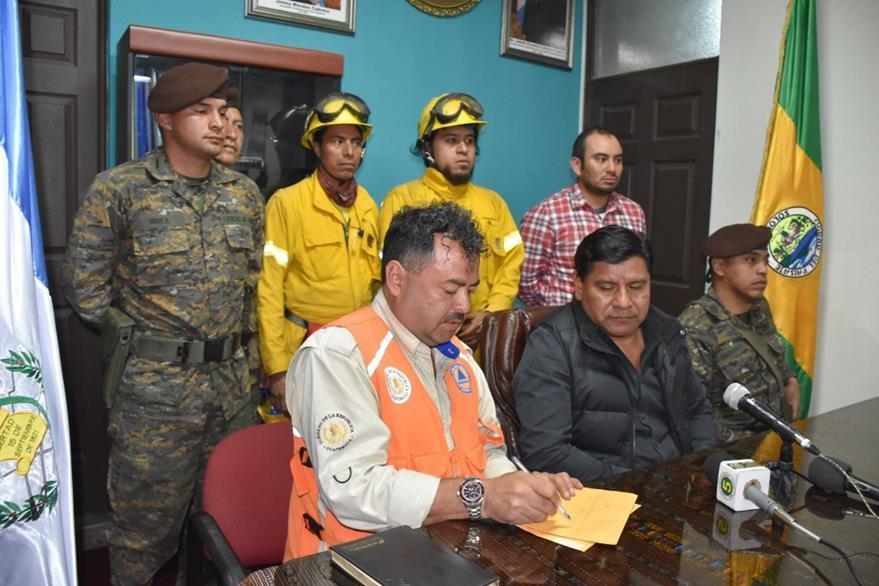 Autoridades informan respecto de alerta por incendios forestales en la cuenca del Lago de Atitlán. (Foto Prensa Libre: Édgar Sáenz).
