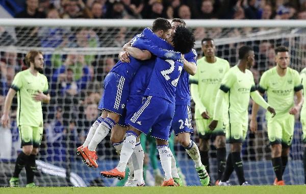 Los jugadores del Chelsea celebran, tras eliminar a Mánchester United en la FA Cup. (Foto Prensa Libre: AP)