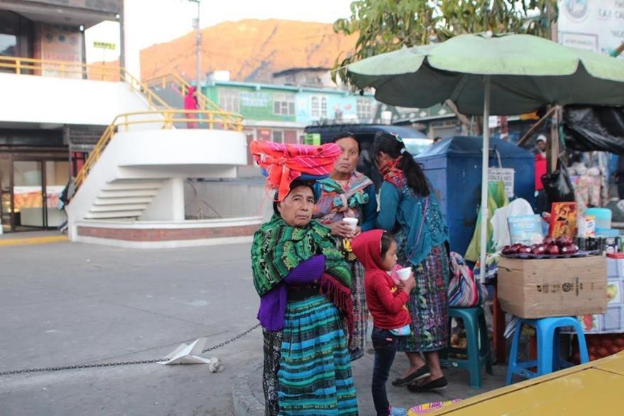 Comerciantes de la cabecera de San Marcos ofrecen bebidas calientes a vecinos. (Foto Prensa Libre: Aroldo Marroquín)