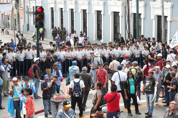 Policías resguardan la esquina de la 7a. avenida y 9a. calle, zona 1, en donde impidieron el paso de manifestantes. (Foto Prensa Libre: Érick Ávila)