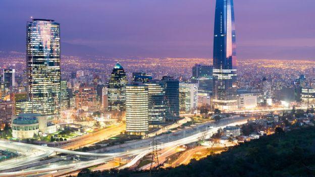 Vista de Las Condes, el distrito financiero de Santiago de Chile. ISTOCK / GETTY IMAGES