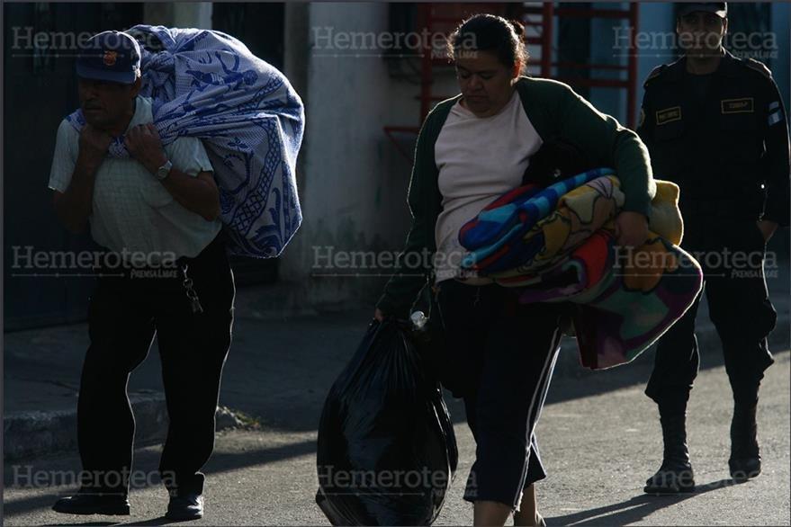 23/02/2007 Vecinos llevan enseres al albergue luego  de evacuar área de hundimiento en zona 6. (Foto: Hemeroteca PL)