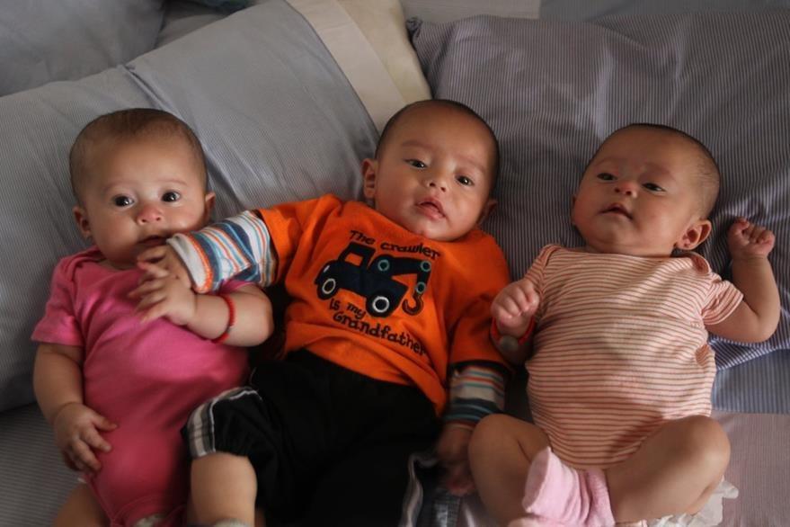 Dabne, Joél y María, son la alegría de su hogar y un reto para los padres. (Foto Prensa Libre: Érick Avila)