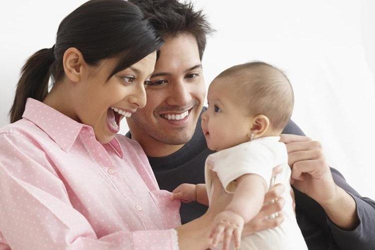 La comunicación verbal y no verbal de los padres con su hijo es crucial en el fortalecimiento de su autoestima.