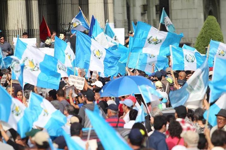Cientos de banderas de Guatemala son utilizadas durante la manifestación.