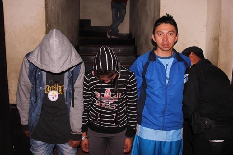 El adulto y los dos menores capturados en Escuintla. (Foto Prensa Libre: Enrique Paredes).