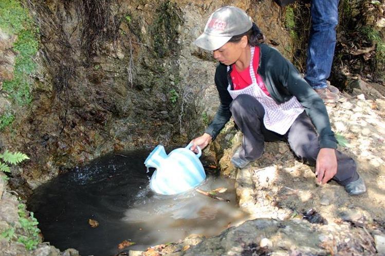 En comunidades rurales de Huehuetenango, familias se abastecen de agua contaminada para el consumo. (Foto Prensa Libre: Mike Castillo)
