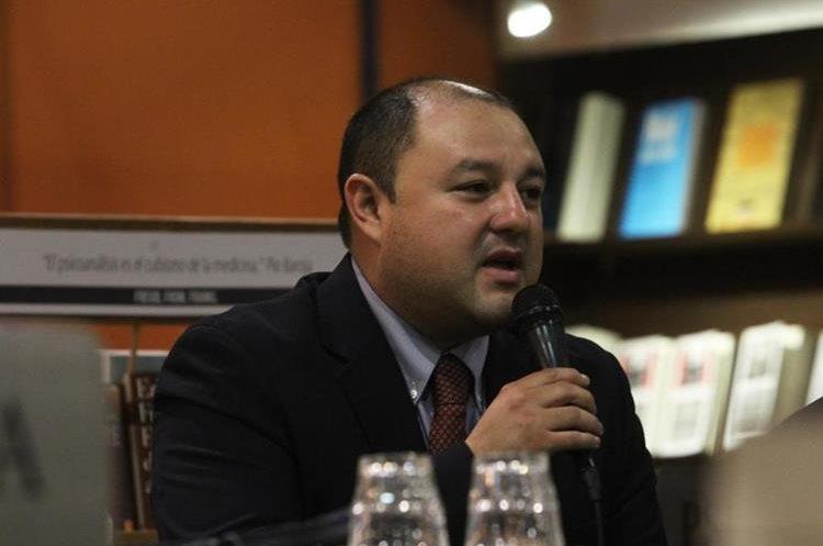 """El periodista Antonio Barrios presentó el libro """"El patio trasero"""", en la librería Sophos. (Foto Prensa Libre: José Andres Ochoa)"""